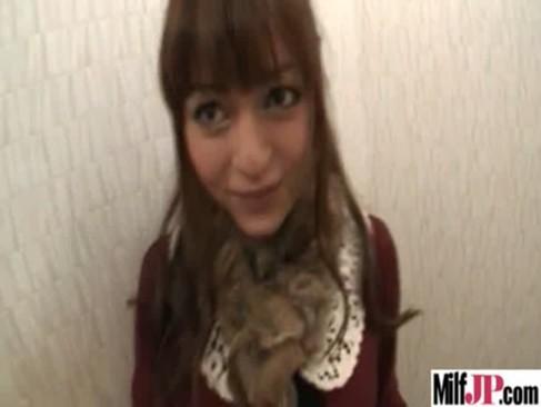 ハーフ系の巨にゅうなお姉さんが駅のトイレでパイズリしてくれる動画像無料